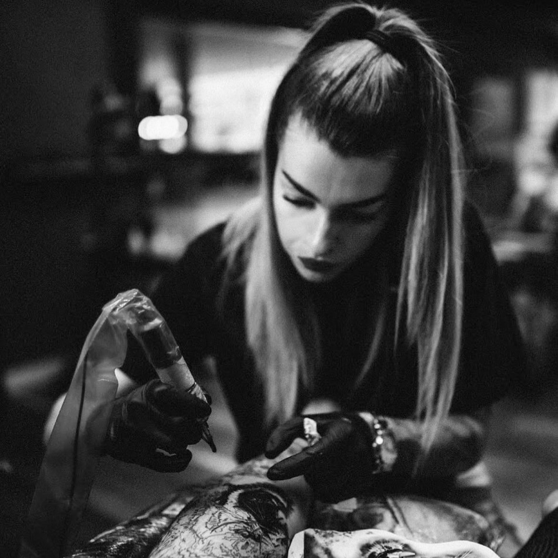Tattoo artiest Sharon Wittebrood